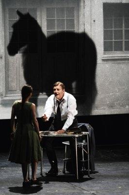演员们带妆彩排斯特林堡的《一出梦的戏剧》