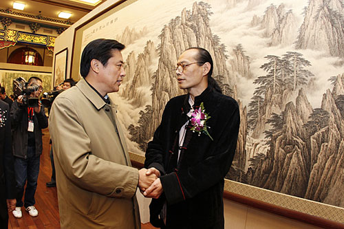 文化部副部长董伟向董希源成功举办画展表示祝贺。摄影:王保胜