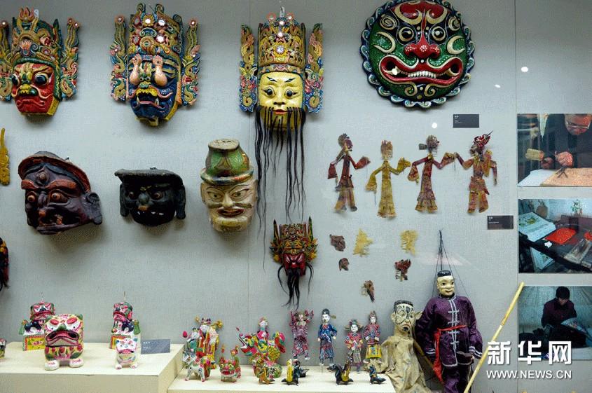 山东工艺美术学院民艺博物馆里展示的木偶及傩戏面具。