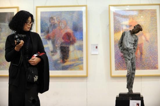 11月8日,一名参观者在参观雕塑作品《我扰》。