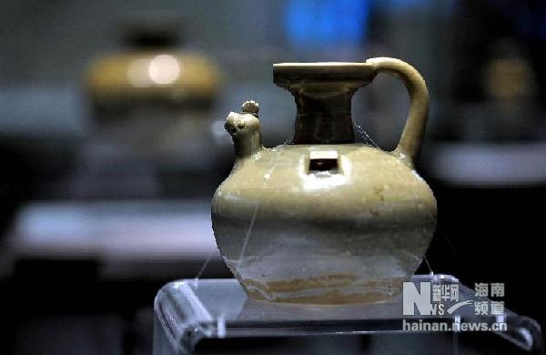 这是1997年港英政府移交的中国东晋青釉鸡首壶(12月25日摄)。
