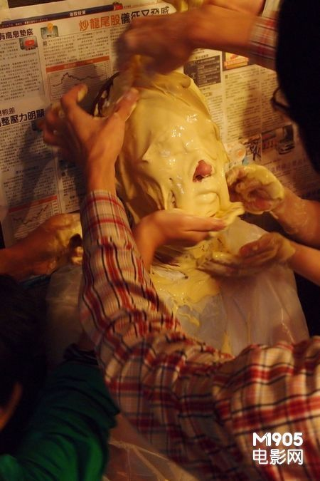 更为其所演的角色倒模,封嘴,腌眼半粒钟,因角色要求脸上有一条疤痕,为图片