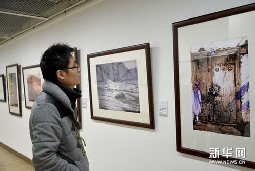 1月2日,参观者在中国美术学院美术馆欣赏中国工程院院士的绘画作品。新华网图片 施健学 摄