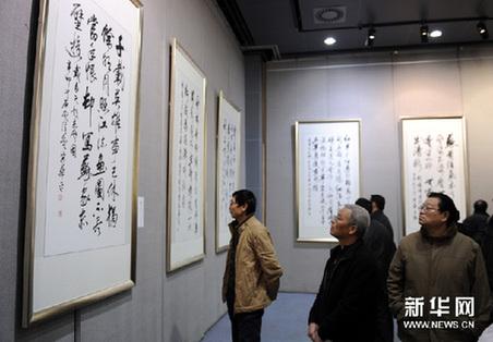 1月6日,观众在欣赏展出作品。新华网图片 李博 摄