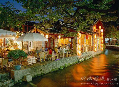 古城内小河边的柔软时光(刘建明摄)