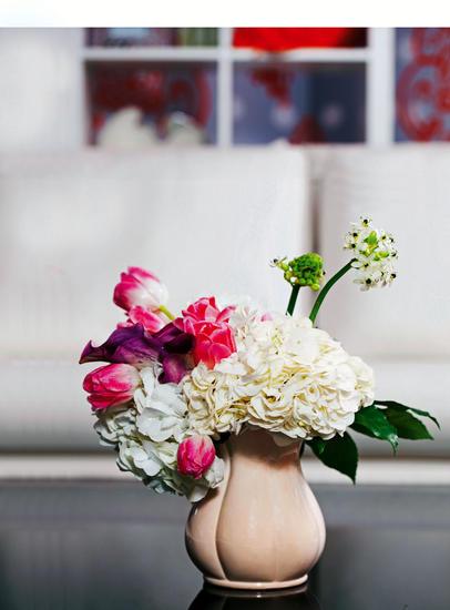 花材:白绣球,紫色马蹄莲,粉红色郁金香,天鹅绒   制作方法及