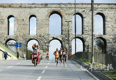 土耳其伊斯坦布尔,丰富的历史建筑成为不少体育赛事的背景 马研 摄