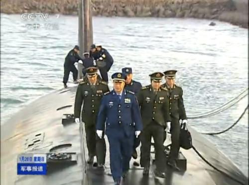 近日,中央军委副主席许其亮调研了驻洛阳与青岛部队。在驻青岛海军部队参观时,许其亮上将登上了我军092战略核潜艇。
