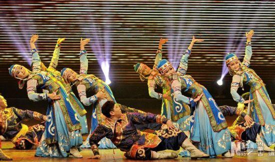 """1月18日,在""""冰雪律动""""文艺晚会上,演员们在表演舞蹈《吉祥颂》。"""