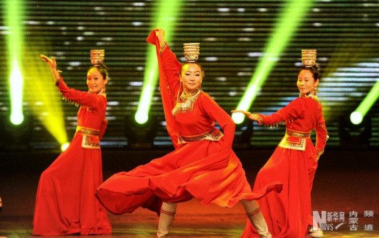 """1月18日,在""""冰雪律动""""文艺晚会上,演员们在表演舞蹈《银碗舞》。"""