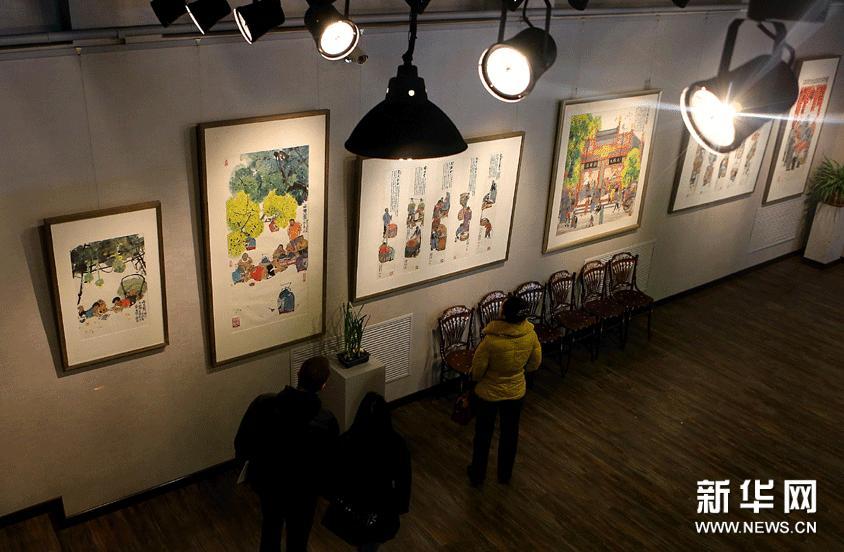 1月19日,观众在欣赏马海方的作品。