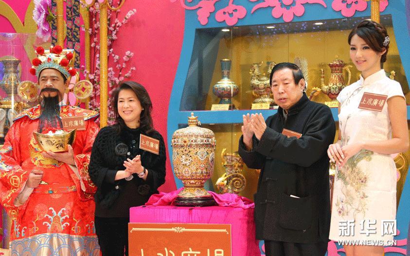 1月22日,中国工艺美术大师、国家非物质文化遗产传承人张同禄(右二)在展览开幕式上。