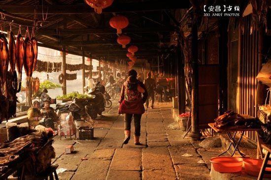 夕阳西下时的安昌古街道。