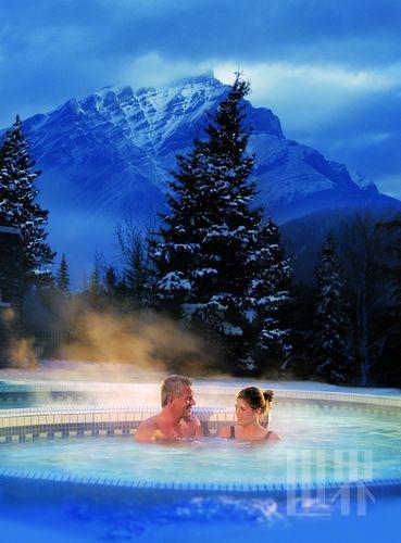 在白雪皑皑中泡温泉,是人生一大美事