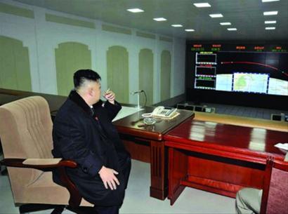 朝鲜最高领导人金正恩去年12月12日在平壤卫星控制综合指挥所指挥卫星发射