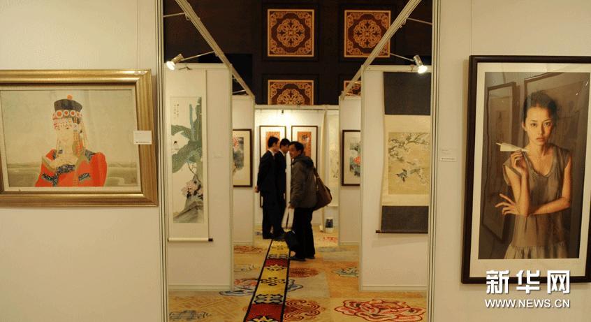 1月24日,观众在呼和浩特首届文物艺术品拍卖会预展现场欣赏展品。