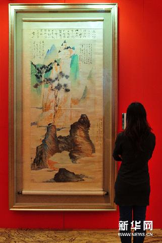 2月2日,观众在展会现场观看展览。新华网图片 侯建森 摄