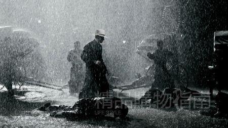 影片开头,有一幕叶问精彩的打斗戏。据说,就是因为王家卫导演第一次来赤坎时赶上小雨,就爱上了这里的雨,所以,就有了这场雨中打斗戏。