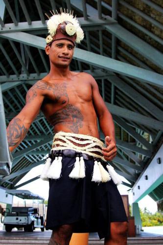 纹身与戴花 这大溪地的两大特色 都一起体现在这个帅哥的身上