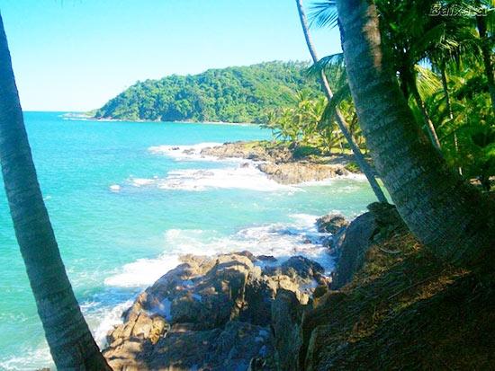 """位于巴伊亚(Bahia)海岸,伊塔卡雷是一个美丽的海岸小镇,几乎可以算是巴西的""""拜伦湾""""。这是一个典型的巴西旅游胜地,拥有成排的棕榈树、洁白的沙滩以及热情好客的当地居民。游客们可以悠闲地躺在沙滩上晒日光浴,品尝新鲜的椰汁,也可以在蔚蓝的海水中冲浪或是在沙滩上踢足球,体验一把南美风情。街上的小摊还会售卖美味可口的特色豆饼,这种饼中间夹着炸制的大虾和辣椒,香味四溢,值得一尝哦!"""