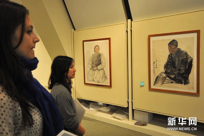"""2月22日,在美国旧金山中华文化中心举行的""""水墨时刻""""联展媒体预展上,人们欣赏画家钟跃英的水墨人物画系列。"""