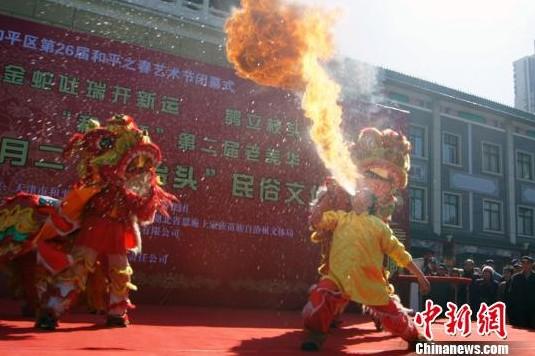 """3月13日为农历二月初二。天津市和平区举行""""二月二、龙抬头""""民俗文化展演,用传统习俗迎接""""龙王爷""""的""""苏醒""""。图为吐火。张道正 摄"""
