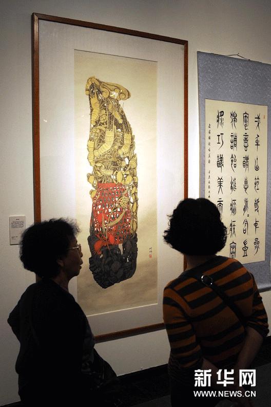 """3月19日,观众在""""岭南风物百咏""""展览上欣赏反映岭南戏曲艺术题材的诗书画作品。"""