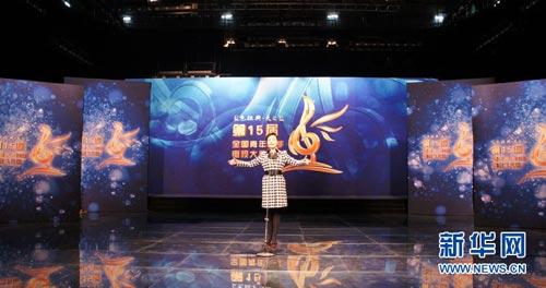 2013年3月23日,第十五届全国青年歌手电视大奖赛排练在中央电视台举行。图为选手郝丹丹在排练现场。新华网 姚斯彦摄