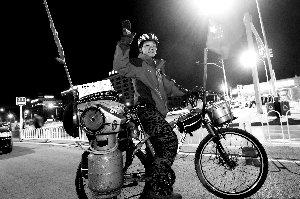 小伙带煤气罐厨具骑游全国 各地热心人请吃饭