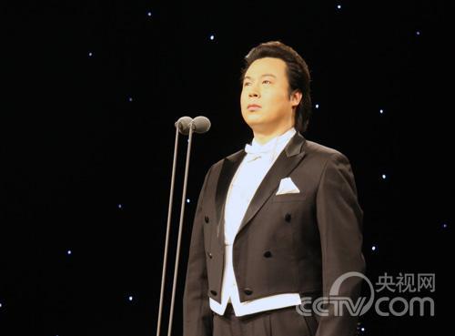新浪娱乐刘宇演唱《把一切献给党》