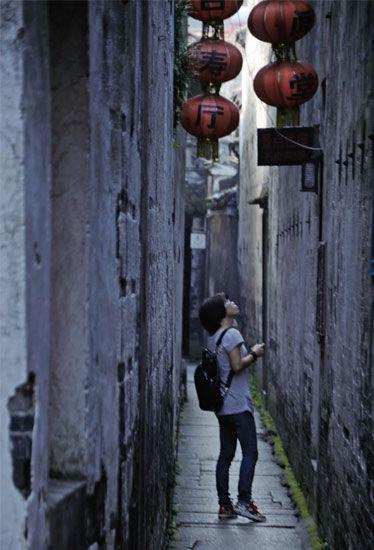 走在古镇的老巷子里