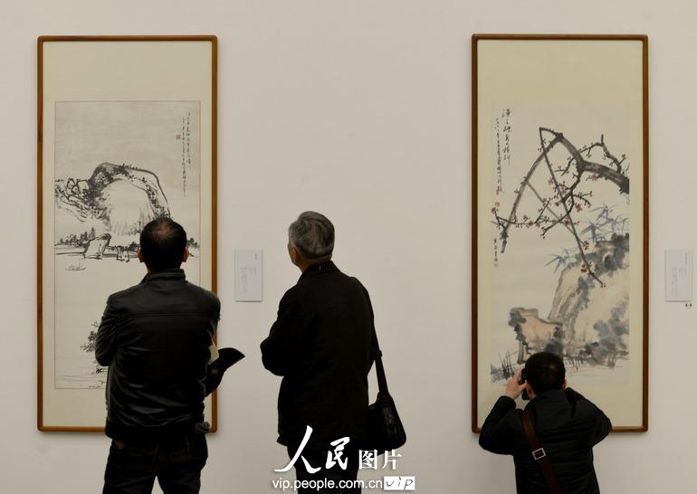 参观者在浙江美术馆欣赏何香凝的绘画作品。