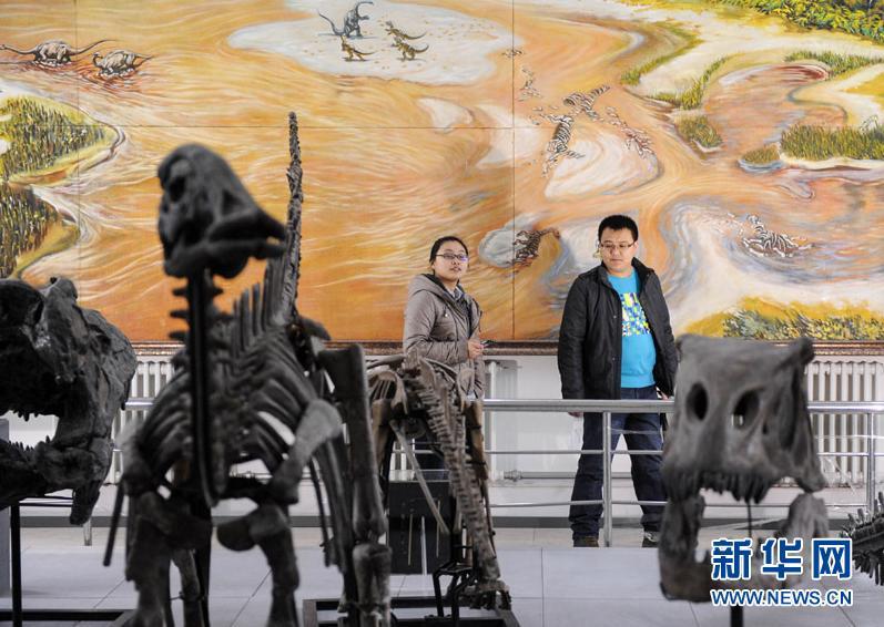 4月4日,市民在恐龙馆内参观恐龙化石。
