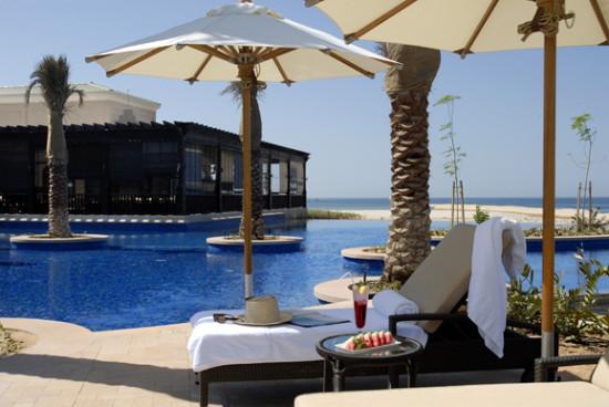 """和马尔代夫""""岛既是酒店""""不同的是,Anantara更像是一座隐匿在广阔大海和沙漠中的小城堡"""