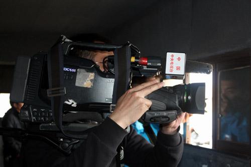 摄制组在大海子黑颈鹤监测隧道内拍摄