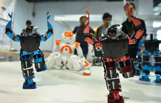 4月18日,观众在观看智能机器人表演广播体操。新华社发(龙巍 摄)