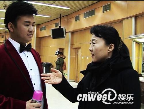 领队陕西广播电视台文艺部主任师小农赛前与郝亮赛前交流