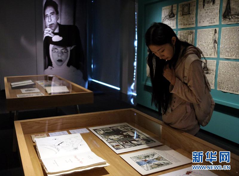 5月4日,一位观众在香港大会堂观看法国艺术家尚•高克多与其他艺术家合作的作品。