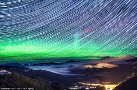 壮美极光笼罩洛基山脉满天繁星现圆形星迹(图)