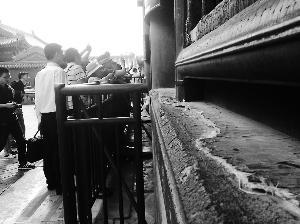 游人在故宫交泰殿游览,窗台地仗被破坏。曹晶瑞/摄