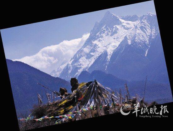 层层叠叠的经幡在山风中猎猎作响,在海拔7294米的加拉白垒峰威严之下,断壁残垣的大渡卡遗址愈发显得颓败和渺小。