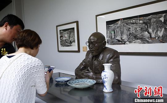 中国国家画院(国展)美术中心启动暨美丽中国•中国国家画院美术作品展开幕式近日在北京举行。图为观众欣赏雕塑作品。中新社发 赵隽 摄