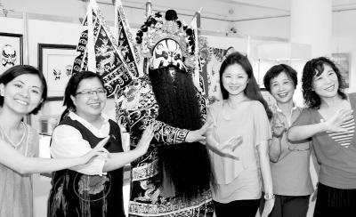 图为苗栗民众与武汉民俗工艺家合唱。