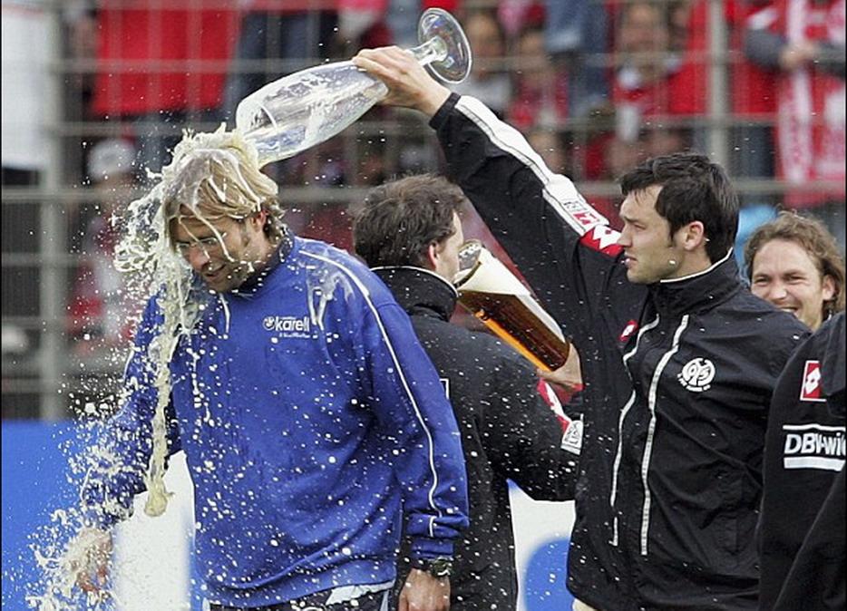 美因茨教练克洛普(左)领导球队取得胜利,并和队员一起庆祝