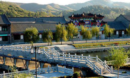 旅游台  旅游频道     大梨树景区位于辽宁省凤城市西南郊10公里处,距