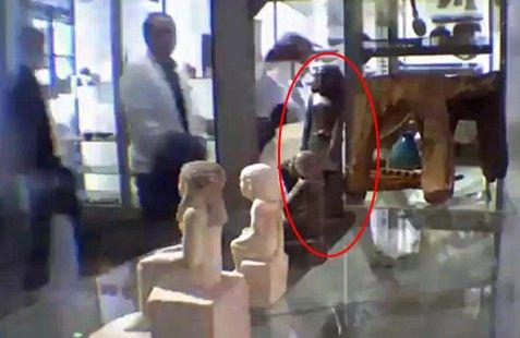 在没有人靠近的情况下,古埃及死神像以肉眼无法察觉的速度缓慢旋转(视频截图)