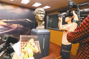 """6月26日,香港记者在""""武•艺•人生——李小龙""""展览记者会上采访拍摄。"""
