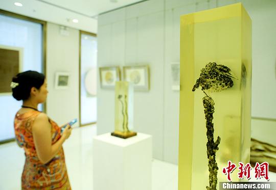 6月26日,《空相》当代艺术展在北京南新仓民生艺术中心开幕。图为当代艺术家南超的雕塑作品。中新社发 陆欣 摄