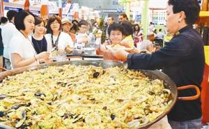 6月26日,参观者在品尝西班牙风味的美食。