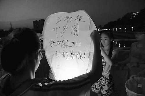 7月8日,浙江衢州,江山中学学生自发祭奠空难同学。CFP供图
